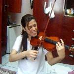 Aula de violino com Evelyn (Biscoito)- Parabéns pra vc