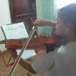 Ana helena estudando violino