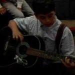 Aula de violão com Rodrigo Camini com alunos da ONG Aprendiz